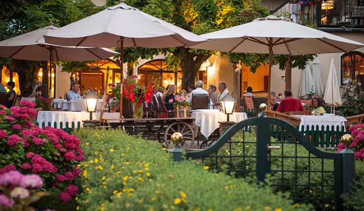 """Gastgarten Hotel Aichinger - \""""das Bräu\"""" Nussdorf am Attersee"""