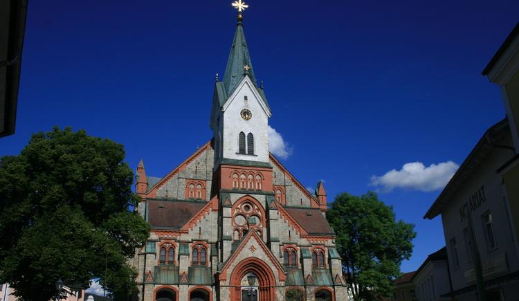 besondere Pfarrkirche am Marktplatz von Aigen-Schlägl. (© TVBöhmerwald)