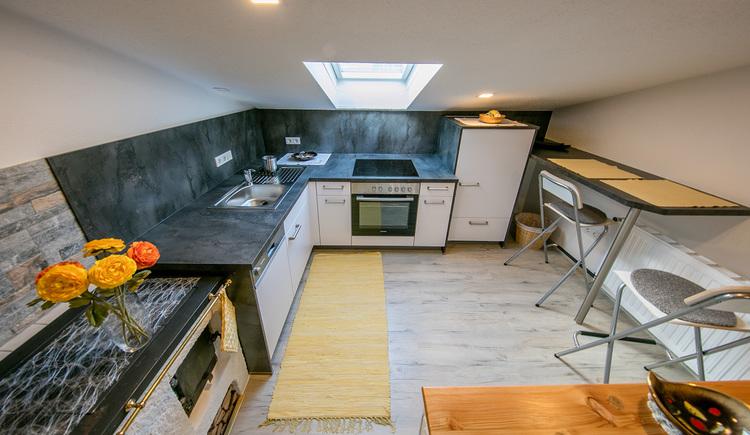 Modern eingerichtete komplett ausgestattete Küche mit Essbereich