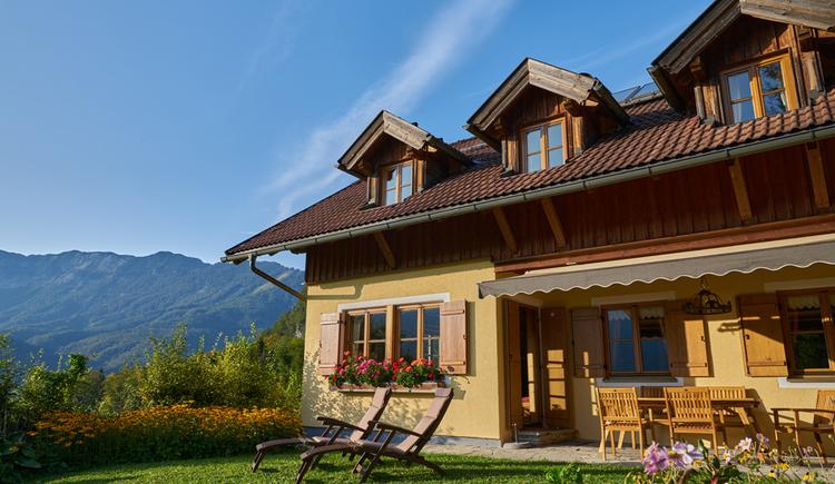 Die Außenansicht der gemütlichen Ewinger Lodge in Bad Goisern am Hallstättersee. (© Ewinger Lodge)