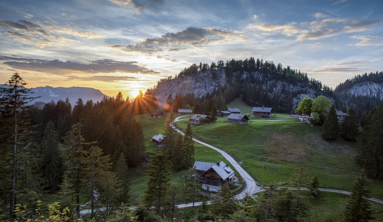 Die gemütliche Wanderung zur Hütteneckalm bietet abwechslungsreiche Szenerien und atemberaubende Ausblicke. (© RudiKainPhotografie)
