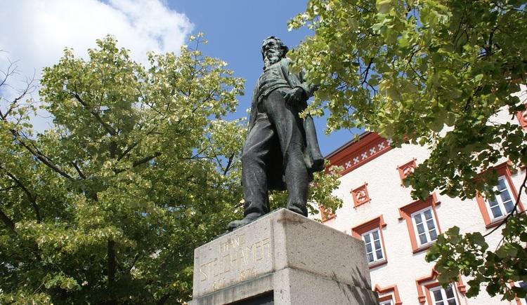 Stelzhamerdenkmal am Rieder Stelzhamerplatz. (© Stadtmarketing Ried)