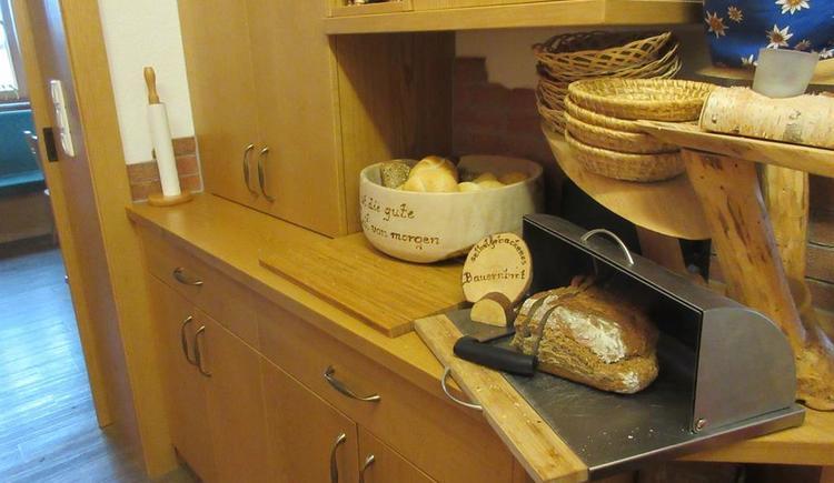Selbstgebackenes Brot , Semmeln, frische Weckerl (© Familienbauernhof Christa)