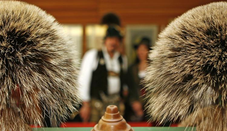 Der Gamsbart ist eine Statussymbol in der Ferienregion Dachstein Salzkammergut. Bei den Goiserer Gamsjagatagen findet die Gamsbartolympiade statt. (© Viorel Munteanu)