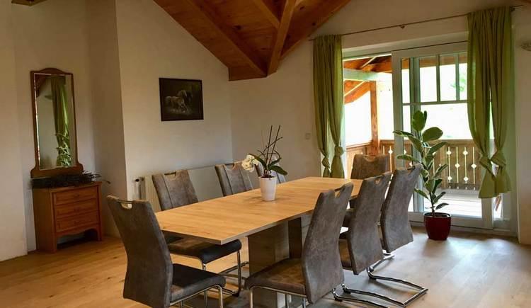 Essbereich mit großem Esstisch und Stühlen