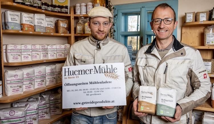 Die Huemer Mühle in Altheim schält, mahlt und veredelt eine Vielzahl verschiedener Getreidesorten, welche sowohl im Mühlenladen als auch im Online-Shop erhältlich sind. (© STEMMSI-FOTO)