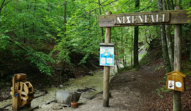 Eingang zum Nixenfall mit Wasserspielrad, Nixensage und Gustl-Häuschen. (© Tourismusverband Attersee-Attergau, Asisa Wiespointner)