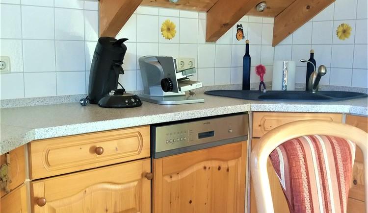 Moderne, gemütliche Küche mit Spülmaschine