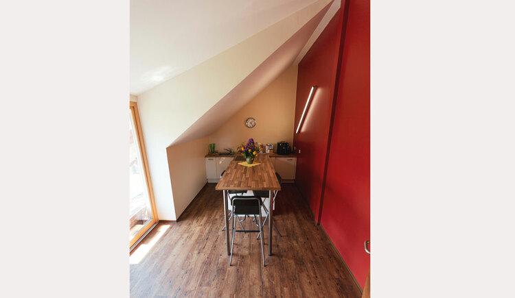 kleiner Seminarraum, Tisch mit Stühlen. (© Seminar- und Biobauernhof Aubauer)