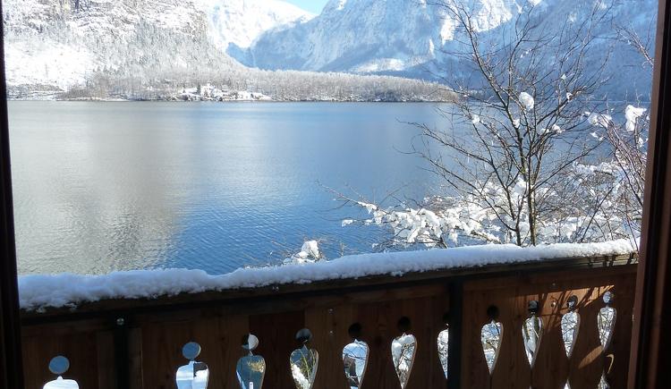 Vom einem der Balkone des Seehotels Grüner Baum hat man auch im Winter eine wunderschöne Sicht über den Hallstättersee. (© Seehotel Grüner Baum)