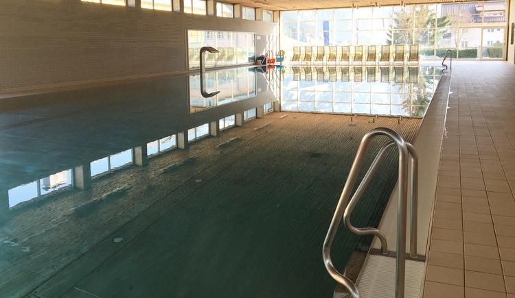 Das Schwimmbecken im Hallenbad ist 25 m lang und eignet sich gut zum Sportschwimmen. Der Ausblick auf den Gosaukamm ist inklusive. (© Ferienregion Dachstein Salzkammergut / Chrissie Wieser)