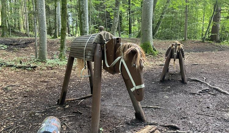 Märchenwanderweg Pferd auf Holz für Kinder. (© TVB Attersee-Attergau)