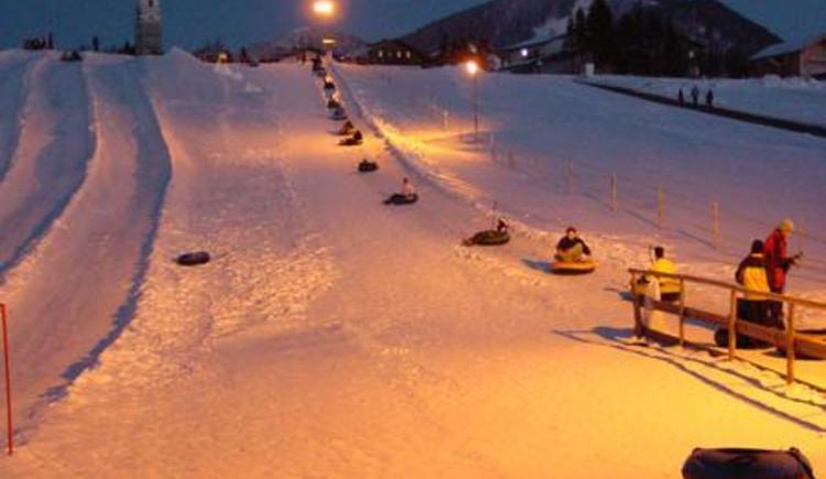 Snowtubing bei Flutlicht (© Snowtubing Faistenau)