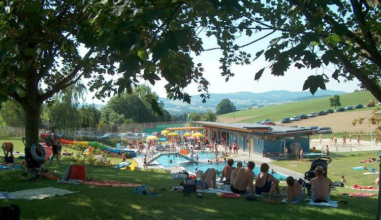 Freibad an einem heißen Sommertag