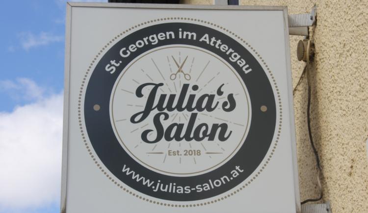 Bild zeigt Werbeschild Julias Salon, Frisör St. Georgen im Attergau