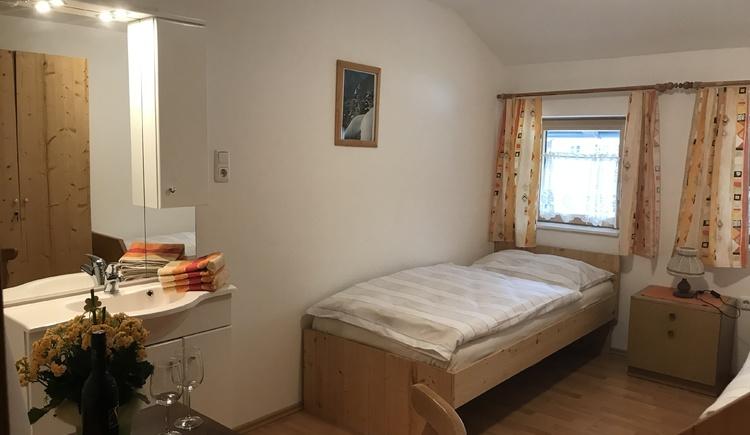 Das Doppelzimmer ist mit Waschbecken und Spiegel ausgestattet. (© Gerald Rastl)