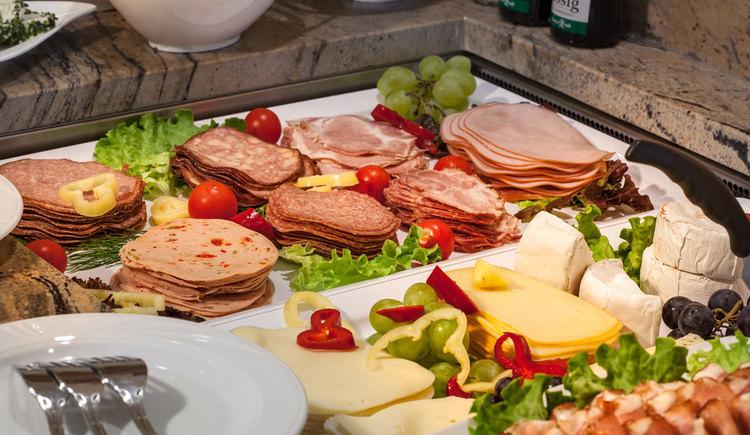 Wurst und Käseplatte Frühstück. (© Leidingerhof)