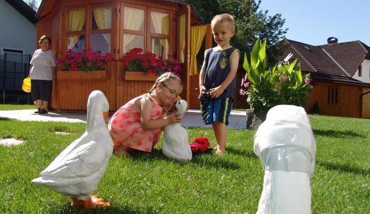 Kinderspiele im Garten (© Privat)