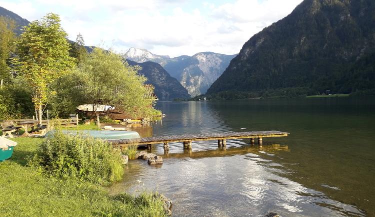 Seezugang mit einem eigenen Steeg direkt bei der Ferienwohnung Bergkristall in der Ferienregion Dachstein Salzkammergut.