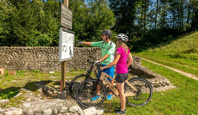 Radfahrer beim römischen Ausgrabungsort der Villa Rustica in Bad Wimsbach-Neydharting. (© brainpark.traunsee)