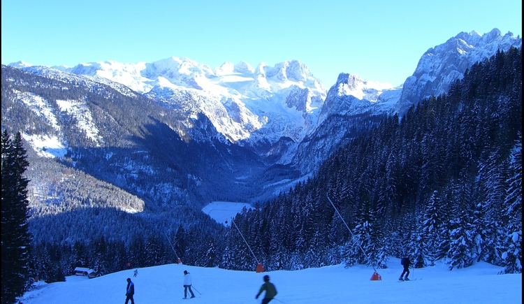 Skiabfahrt Zwieselalm mit Dachstein im Hintergrund. (© Ehrenfried Vierthaler)