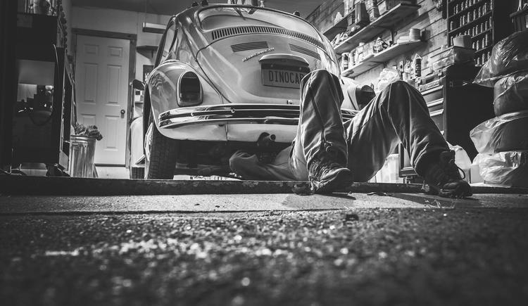 Auto Werkstätte (© Bild von Ryan McGuire auf Pixabay)