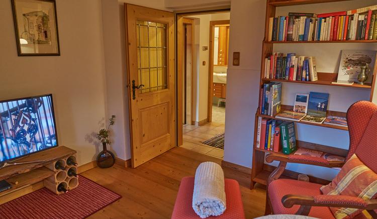 Das traditionell und moderne Wohnzimmer in der Ewinger Lodge. (© Ewinger Lodge)