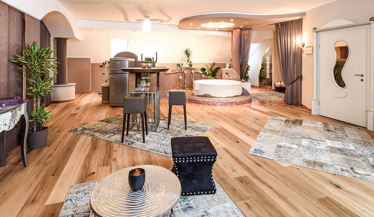 160m²Ganz viel Raum und Zeit für private Zweisamkeit. Entdecken Sie den Luxus von modernem Design und knisterndem Ambiente auf mehr als 160m² in der exklusiven Penthouse Suite am Bergergut im Mühlviertel in Oberösterreich! Großzügige Schlaf- und Wohnlandschaft, eigene Room Bar, Infrarotkabine, Whirl Pool, Fitnessgeräte, Fire TV, Kuschel Couch und Sonnenterrasse. Exklusive Privatsphäre pur. Nach Belieben auch den ganzen, lieben Tag lang. (© BERGERGUT Pürmayer GmbH)
