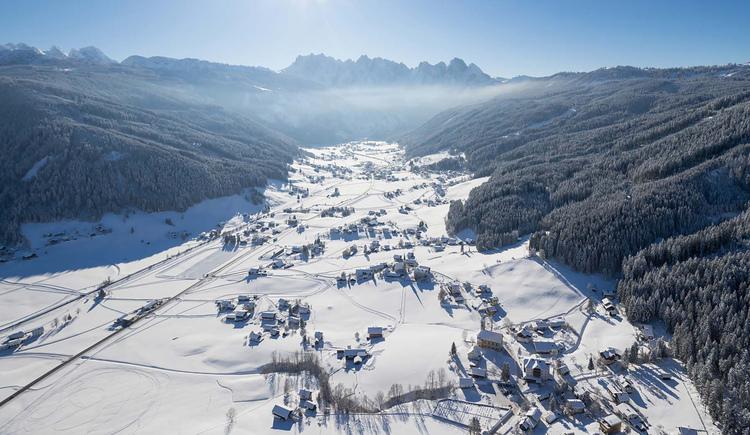 Das Gosautal im Winter mit Blick über das Tal hin zum Gosaukamm. (© Sven Posch - www.360perspektiven.com)