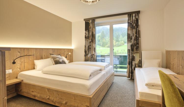 Neu renovierte Tannenwald Doppel oder Dreibett Zimmer mit Balkon warten auf Sie! (© Hotel Sommerhof e. U.)