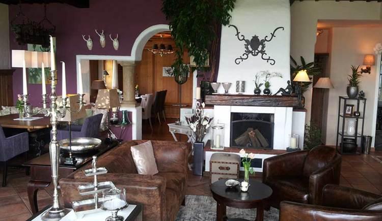 der Innenbereich mit Tischen. Stühle, Sofas und Lampen. (© www.mondsee.at)