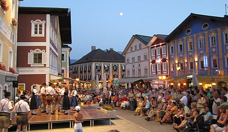 Marktplatz Mondsee, Zuschauer, Häuser