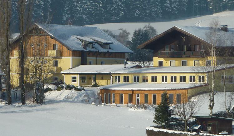 Blick auf das verschneite Hotel. (© Tourismusverband MondSeeLand)