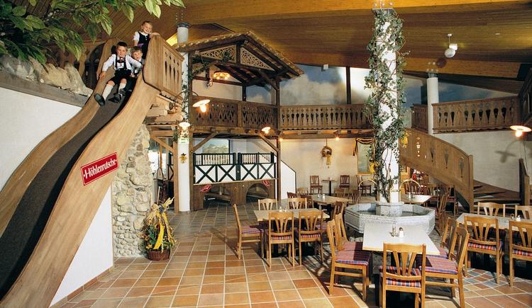Das Bild zeigt die gemütliche Inneneinrichtung des Restaurants sowie die bei den kleinen Gästen sehr beliebte Rutsche. (© Seilbahnholding)