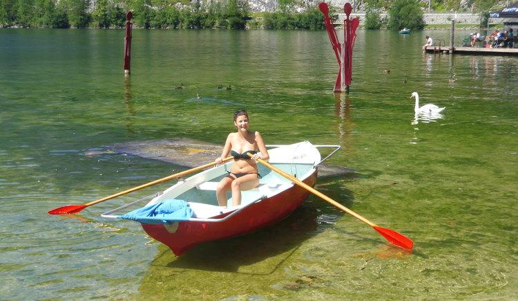 Ruderin im Boot in Richtung Schwan unterwegs. (© Johann immervoll)