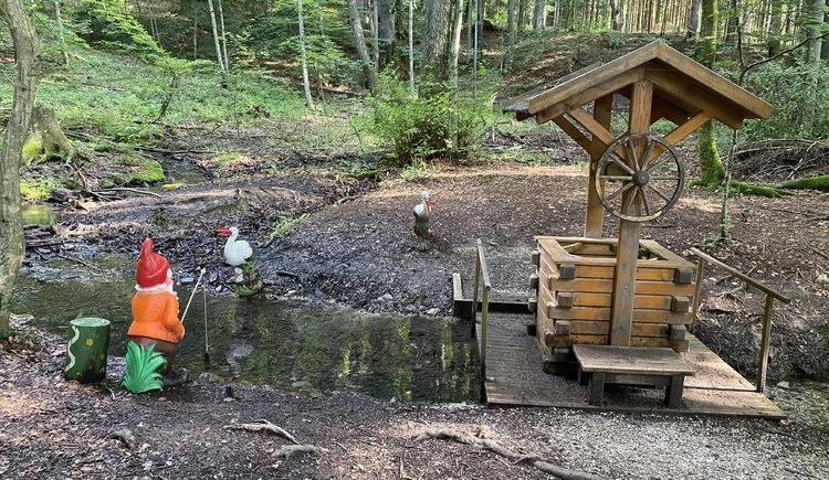 Märchenwanderweg Zwerg sitzt am Bach an der Mühle. (© TVB Attersee-Attergau)
