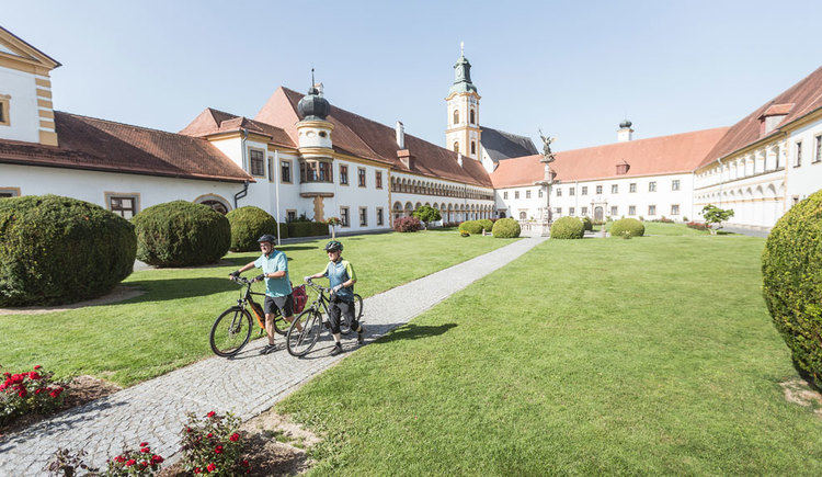 Ein Besuch mit dem Rad im Stift Reichersberg. (© Oberösterreich Tourismus GmbH/Moritz Ablinger)