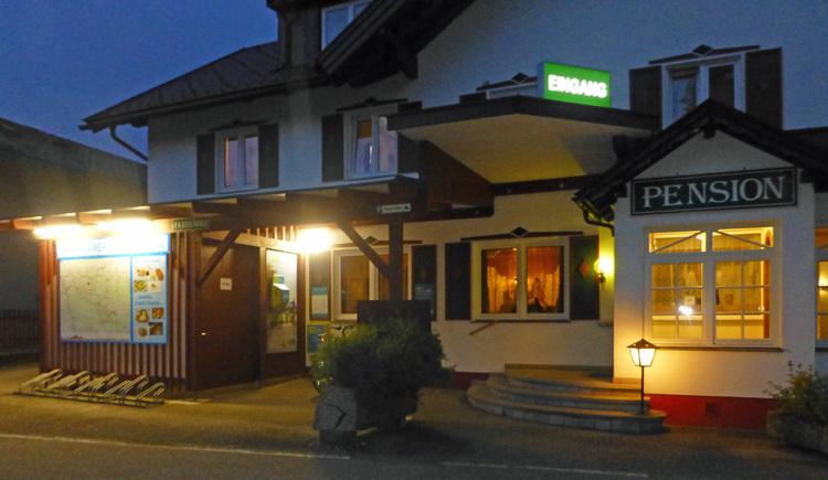 2020_11 - Rosslwirt Motel an der A1 Eingansbereich am Abend %40 Rosslwirt