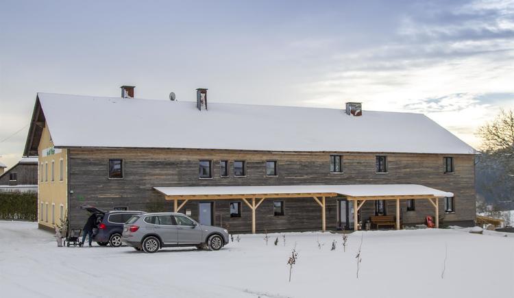 Hausansicht im Winter, Zufahrt, Parkplätze (© by Gästehaus