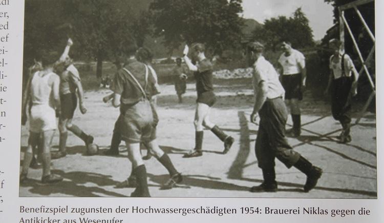 Benefizspiel zugunsten der Hochwassergeschädigten 1954: Brauerei Niklas gegen die Antikicker aus WEsenufer. (© Union Wesenufer)