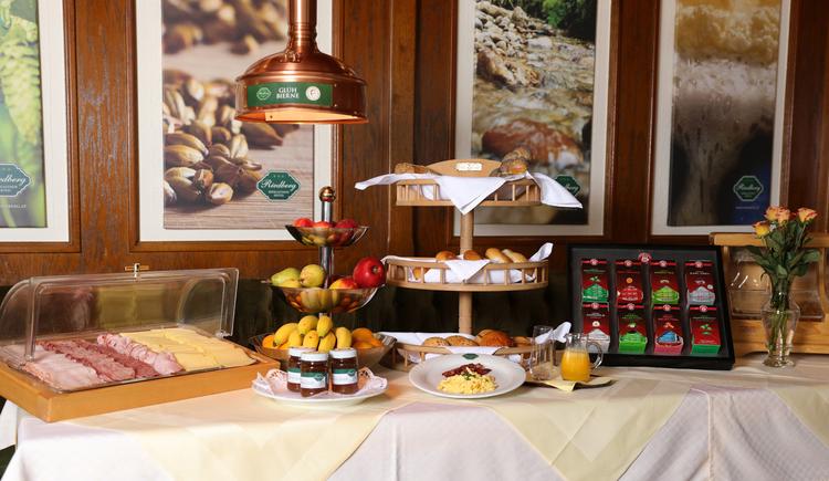 So wie alle Speisen und Produkte des Hauses wird auch beim reichhaltigem Frühstücksbuffet wert auf Regionalität und Hausgemachtes gelegt. Überzeugen Sie sich am Besten selbst ...