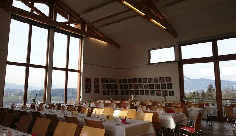 Blick in den Raum mit festlichen gedeckten Tischen und Stühlen, Tische mit Servietten und Besteck. (© TVB Mondseeland)