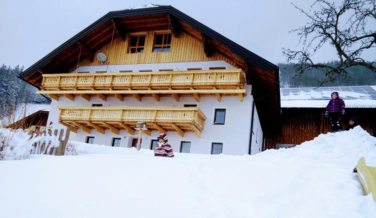 Blick auf das verschneite Haus. (© Schwaighofer)