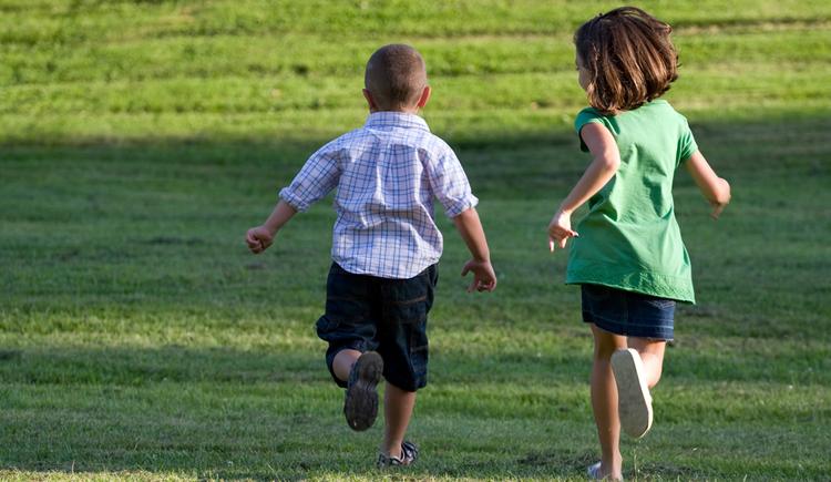 Laufende Kinder in der Wiese.