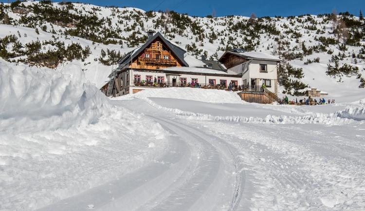 Das Foto zeigt die Gjaid Alm in wunderschöner Winterlandschaft samt Langlaufloipe. (© Pictoresk.at)