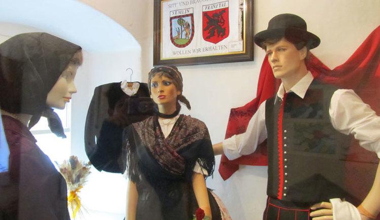 Puppen in traditioneller Kleidung im Museum der Franztaler. (© Tourismusverband MondSeeLand)