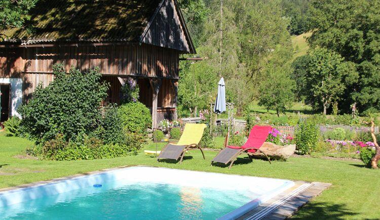 In unseren Garten kann man sich in Ruhe am Pool entspannen. (© Laserer)