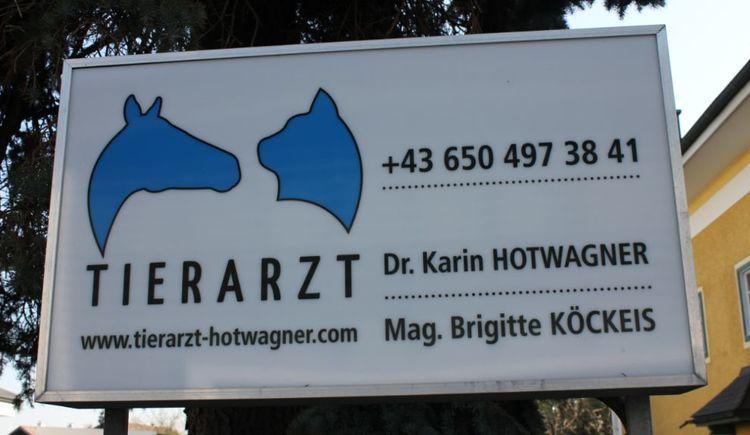 Foto zeigt das Schild der Tierarztpraxis Hotwagner in St. Georgen im Attergau.