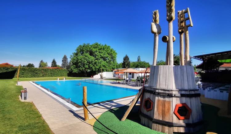 kleiner Spielplatz am Pool