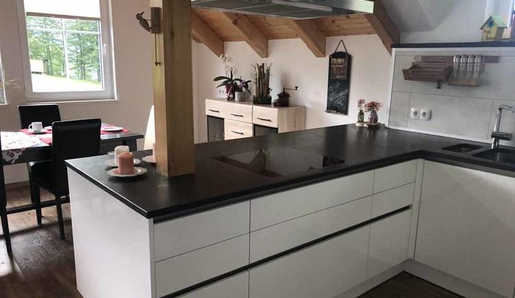 Geräumige und hochqualifiziert ausgestattete Küche.